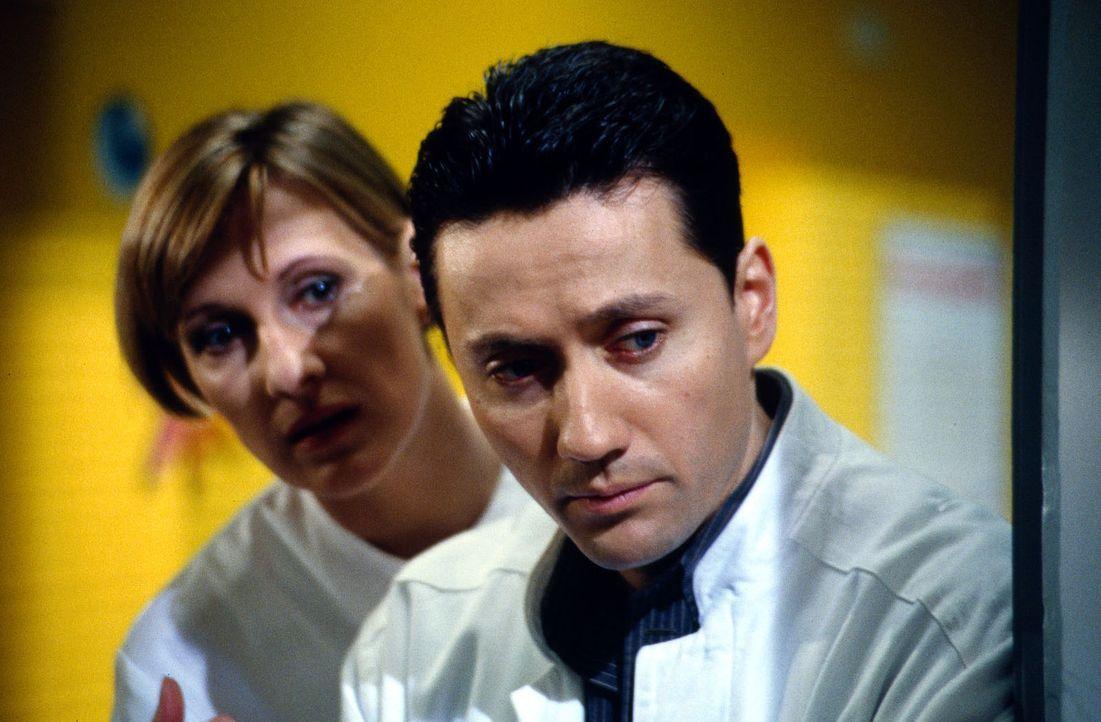 Dr. Kampmann (Ulrich Reinthaller, r.) und Schwester Hilde (Heike Jonca, l.) machen sich große Sorgen um ihren kleinen Patienten Felix. Es besteht Ve... - Bildquelle: Daehn Sat.1