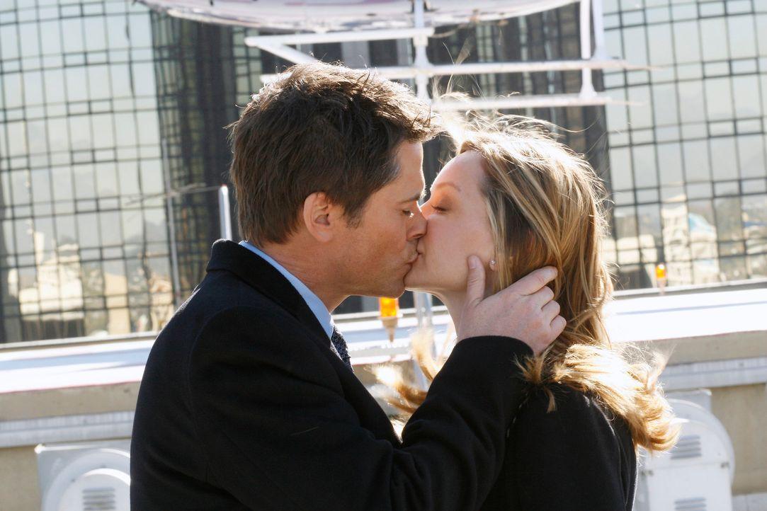Fühlen sich zueinander hingezogen: Senator McCallister (Rob Lowe, l.) bedankt sich bei Kitty (Calista Flockhart, r.) ... - Bildquelle: Disney - ABC International Television