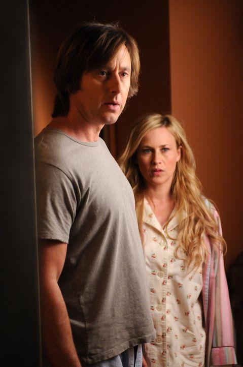 Am Geburtstag ihrer Tochter Marie wird Allison (Patricia Arquette, r.) mit einem neuen Fall beauftragt, was Joe (Jake Weber, l.) gar nicht gefällt .... - Bildquelle: Paramount Network Television