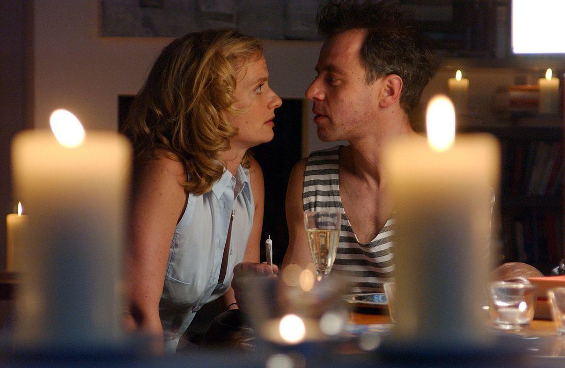Auch nach 17 Jahren Ehe und einem harten Scheidungskampf erliegt Julie (Gunda Ebert, l.) erneut dem Charme ihres stark verjüngten Mannes (Felix Eit... - Bildquelle: Elke Werner ProSieben