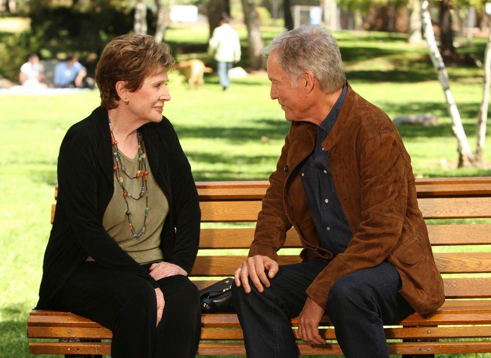 Für Lynette stellt sich heraus, dass ihr Stiefvater Glen (Richard Chamberlain, r.) ihre Mutter Stella (Polly Bergen, l.) damals nicht verlassen hat,... - Bildquelle: ABC Studios