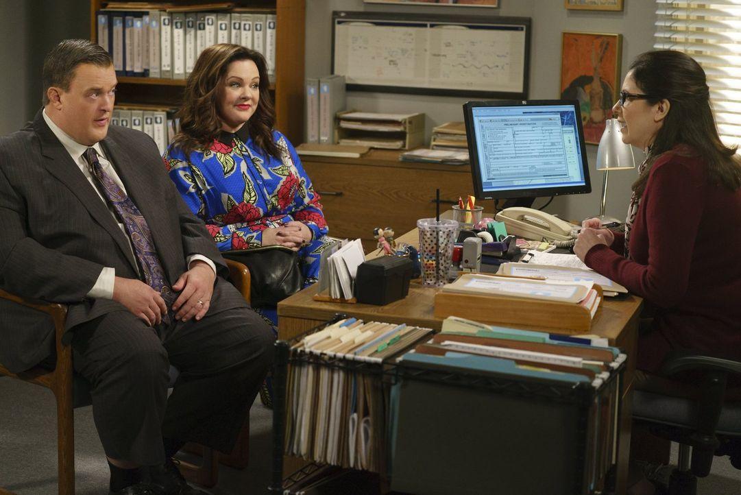Mike (Billy Gardell, l.) und Molly (Melissa McCarthy, 2.v.l.) wollen Karen (Amy Farrington, r.) von der Adoptionsagentur beeindrucken, sind jedoch g... - Bildquelle: Warner Brothers