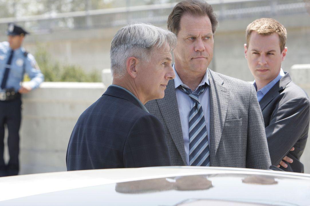 Gibbs (Mark Harmon, l.), McGee (Sean Murray, r.) und das restliche Team versuchen einen neuen Fall aufzuklären, werden dabei aber von dem Police Det... - Bildquelle: CBS Television