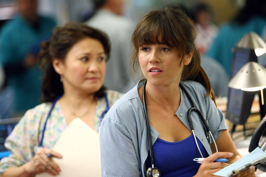 Sam (Linda Cardellini) glaubt, dass Gates bei einer Studentin punkten möchte ... - Bildquelle: Warner Bros. Television