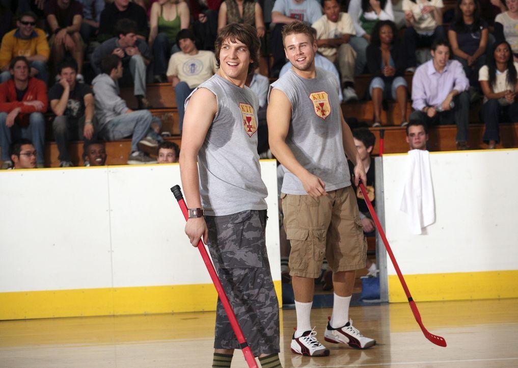 Feldhockey-Tunier zwischen den Kappa Taus und den Sigma Sigs steht an. Cappie (Scott Michael Foster, l.) und The Beaver (Aaron Hill, r.) geben alles... - Bildquelle: 2007 ABC FAMILY. All rights reserved. NO ARCHIVING. NO RESALE.