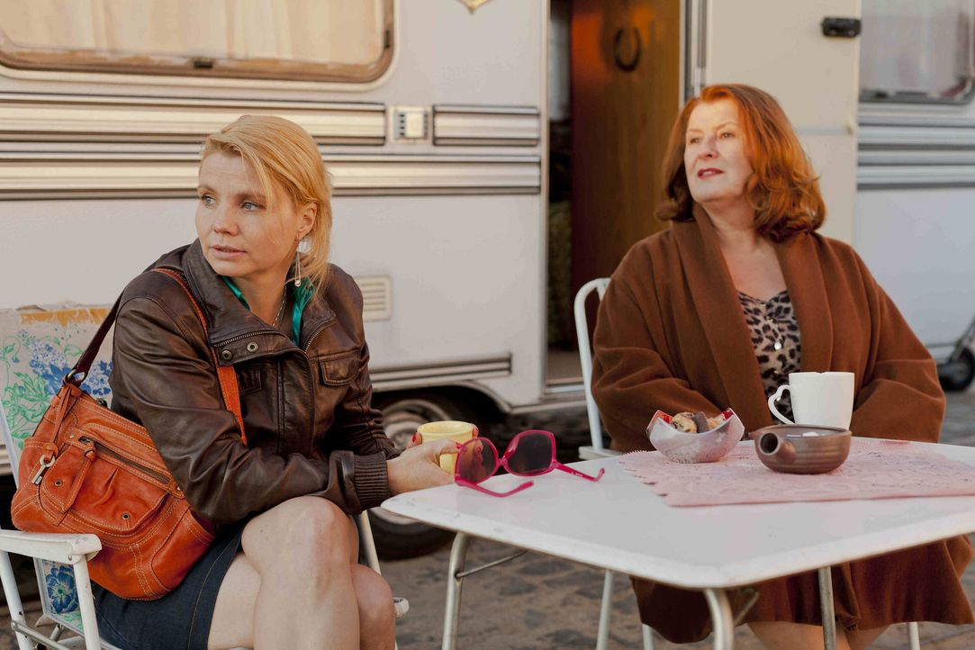 Dannis' (Annette Frier, l.) neue Mandantin Ulla Bode (Traute Hoess, r.) arbeitet als Prostituierte in einem Campingwagen. Nun erweitert die Stadt K - Bildquelle: SAT.1