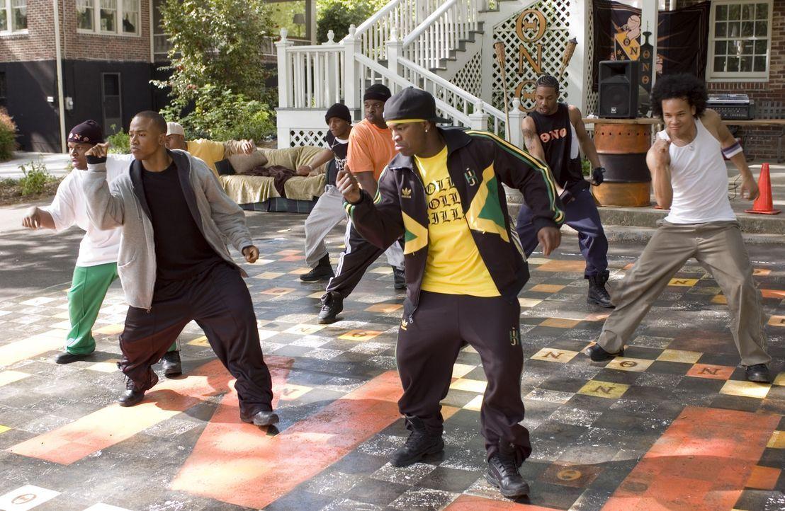 """Mit ganz neuen Tanzschritten bereitet  DJ (Columbus Short, 2.v.l.) die Studentenverbindung der """"Thetas"""" auf den bevorstehenden Wettbewerb vor ... - Bildquelle: 2007 CPT Holdings, Inc. All Rights Reserved. (Sony Pictures Television International)"""