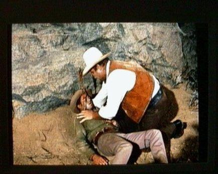 Bonanza - Hoss (Dan Blocker, r.) ist heilfroh, daß er Little Joe (Michael Lan...