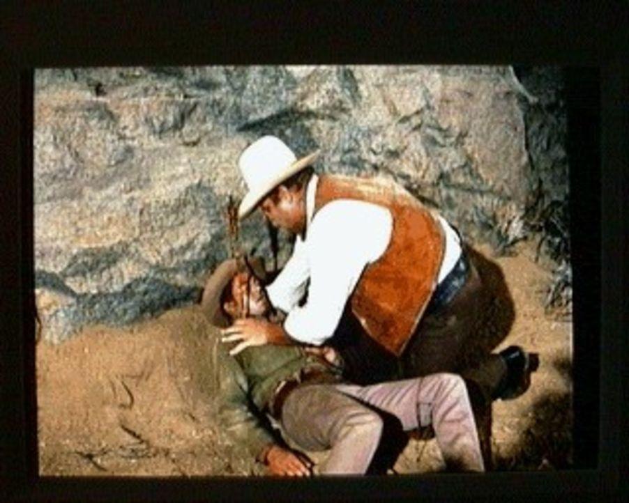 Hoss (Dan Blocker, r.) ist heilfroh, daß er Little Joe (Michael Landon, l.)noch rechtzeitig gefunden hat. Little Joe ist von Indiandern angeschossen... - Bildquelle: Paramount Pictures