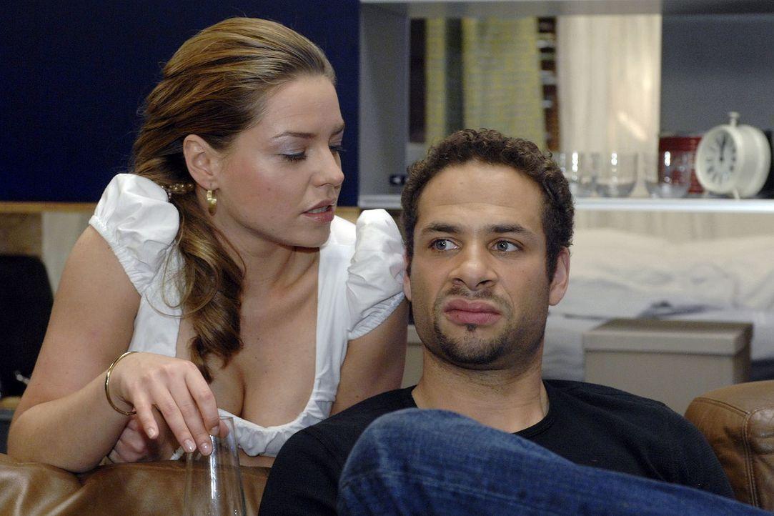 Katja (Karolina Lodyga, l.) versucht Jonas mit Jannick (Mike Adler, r.) eifersüchtig zu machen ... - Bildquelle: Oliver Ziebe Sat.1
