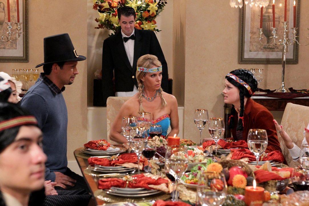 Thanksgiving in der Vorstadt: Dallas (Cheryl Hines, M.), Tessa (Jane Levy, r.) und George (Jeremy Sisto, l.) ... - Bildquelle: Warner Bros. Television