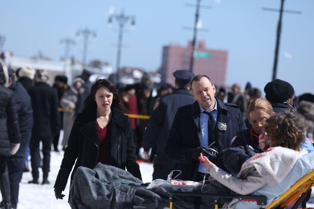 Aufreibende Ermittlungen kommen auf Danny Reagan (Donnie Wahlberg, r.) und Maria Baez (Marisa Ramirez, l.) zu, als sie einen gefährlichen Russen jag... - Bildquelle: 2017 CBS Broadcasting, Inc. All Rights Reserved