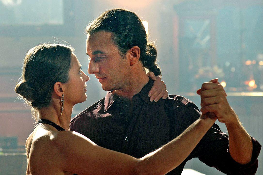 Ramon (Gaston Bacchiani, r.), ein 40-jähriger Tanzlehrer aus Argentinien, unterrichtet seine Tanzschülerinnen (Carola von Dewitz, l.) mit südamerika... - Bildquelle: Dirk Plamböck Sat.1