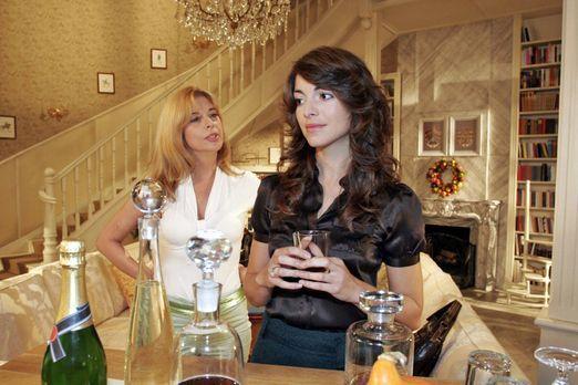 Verliebt in Berlin - Mariella (Bianca Hein, r.) berichtet Laura (Olivia Pasca...