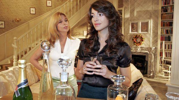 Mariella (Bianca Hein, r.) berichtet Laura (Olivia Pascal, l.) betrübt von de...