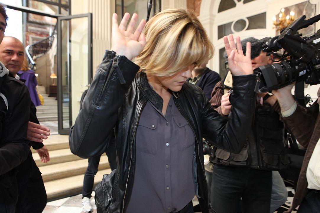 Ihr neuster Fall sorgt für ein großes Medienaufgebot, ganz zum Leidwesen von Fred (Vanessa Valence) ... - Bildquelle: Xavier Cantat 2011 BEAUBOURG AUDIOVISUEL