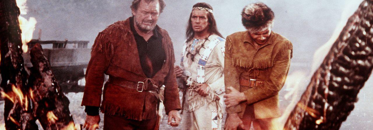 Baumann (Walter Barnes, l.) und dessen Sohn Martin (Götz George, r.) sind der Meinung, dass Indianer die Farm niedergebrannt haben. Winnetou (Pierr... - Bildquelle: Columbia Pictures