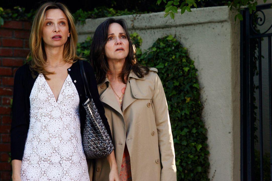 Schock: Als Nora (Sally Field, r.) und Kitty (Calista Flockhart, l.) nach Hause zurückkehren, ist die Party bereits außer Kontrolle geraten... - Bildquelle: Disney - ABC International Television