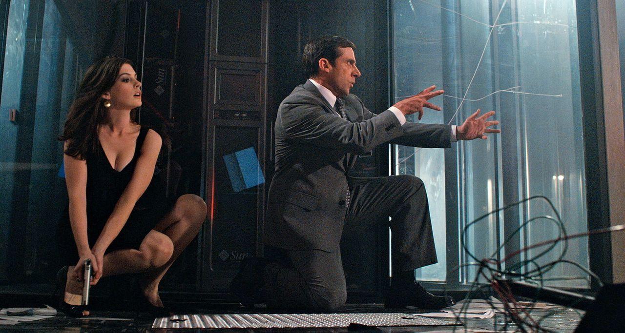 Die attraktive Agentin 99 (Anne Hathaway, l.) und der etwas unbeholfene Analytiker Smart (Steve Carell, r.) müssen die Welt retten ... - Bildquelle: Warner Brothers