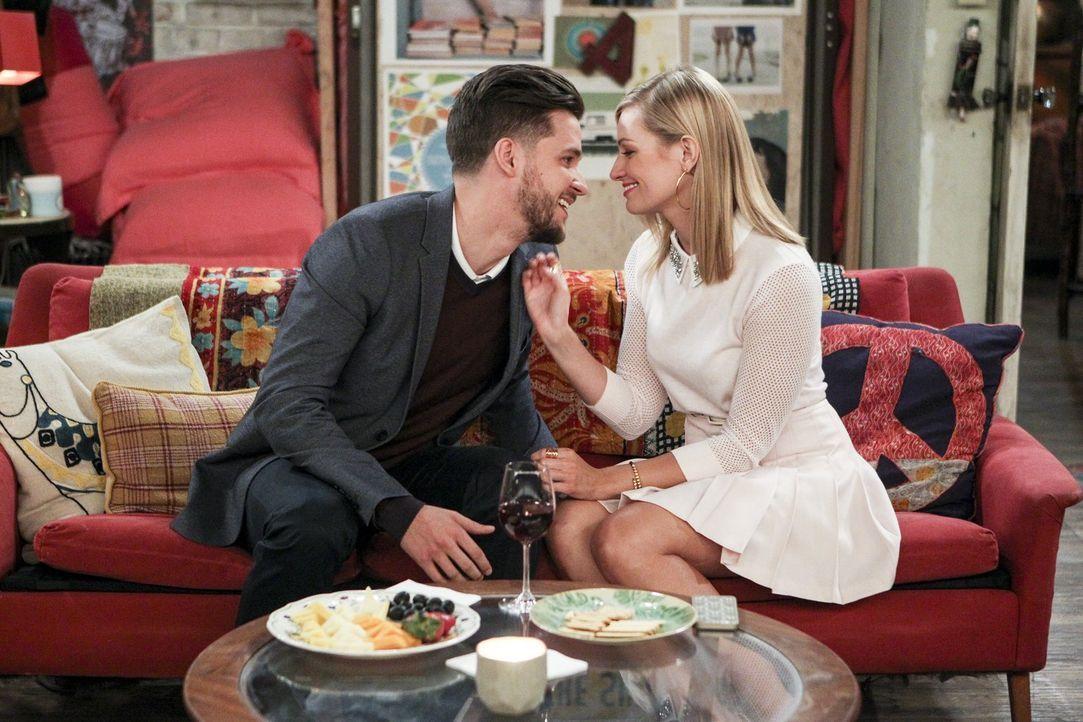 Noch hofft Caroline (Beth Behrs, r.) mit Tyler (Devon Werkheiser, l.) eine heiße Nacht verbringen zu können, doch dann kommt alles ganz anders ... - Bildquelle: Warner Bros. Television