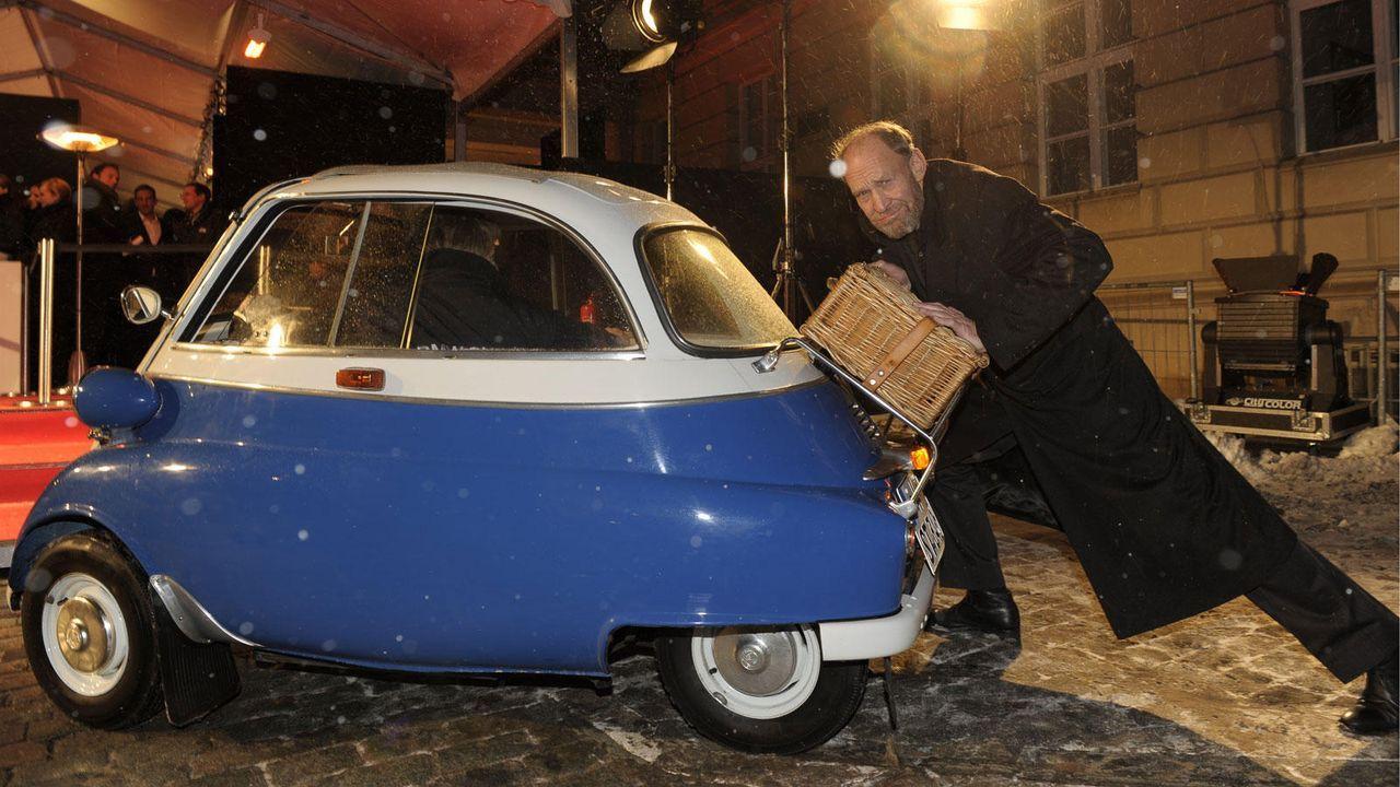 Michael Mendl und die BMW Isetta - Bildquelle: BMW / dpa