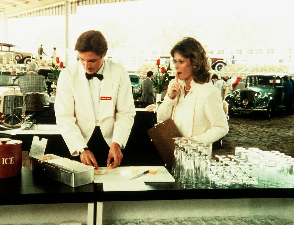 Lee (Bruce Boxleitner, l.) als Amandas Angestellter: Bei einem verdächtigen Oldtimer-Treffen mimt er den Kellner, dem Amanda (Kate Jackson, r.) Anwe... - Bildquelle: CBS Television
