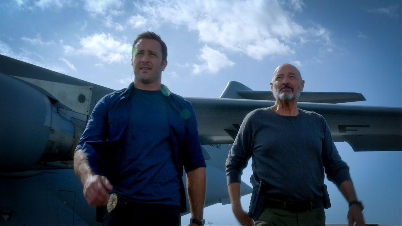 Joe White (Terry O'Quinn, r.) kommt mit einem hochansteckenden Patienten nach Hawaii. Als dieser entführt wird, müssen Steve (Alex O'Loughlin, l.) u... - Bildquelle: 2014 CBS Broadcasting Inc. All Rights Reserved.