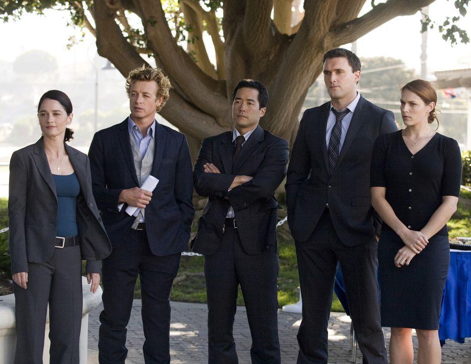 Müssen einen neuen Mordfall aufklären: Teresa Lisbon (Robin Tunney, l.), Patrick Jane (Simon Baker, 2.v.l.), Kimball Cho (Tim Kang, M.), Wayne Rig... - Bildquelle: Warner Bros. Television