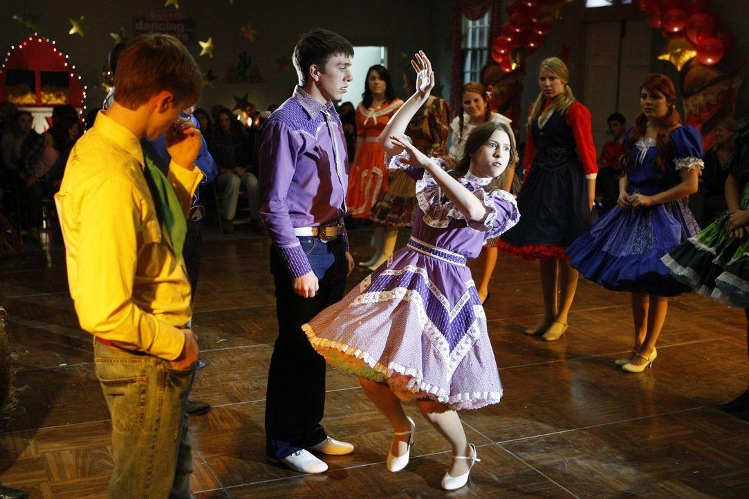 Beim Square-Dance-Wettbewerb, zu dem sie von Brad (Brock Ciarlelli, l.) überredet worden ist, stiehlt Sue (Eden Sher, r.) jedem die Show ... - Bildquelle: Warner Brothers