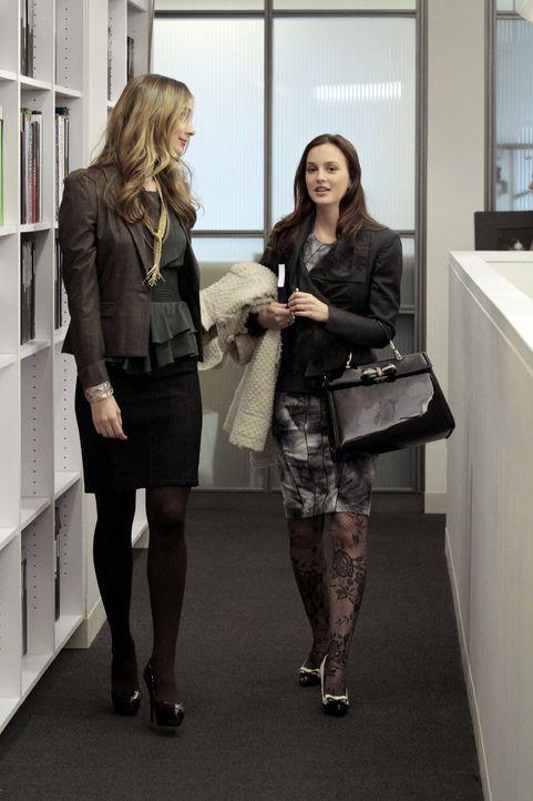 """Epperly (Caitlin Fitzgerald, l.) nimmt Blair (Leighton Meester, r.) in Empfang - da sie bei der Modezeitschrift """"W"""" ein Praktikum ergattert hat ... - Bildquelle: Warner Bros. Television"""