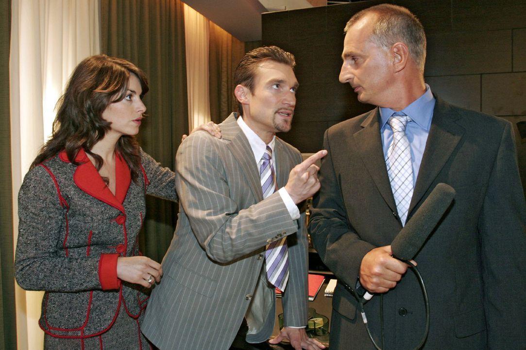 Provokativ auf seinen Führungsstil angesprochen, bricht Richard (Karim Köster, M.) das Fernsehinterview ab und geht zum Entsetzen von Mariella (Bi... - Bildquelle: Noreen Flynn Sat.1