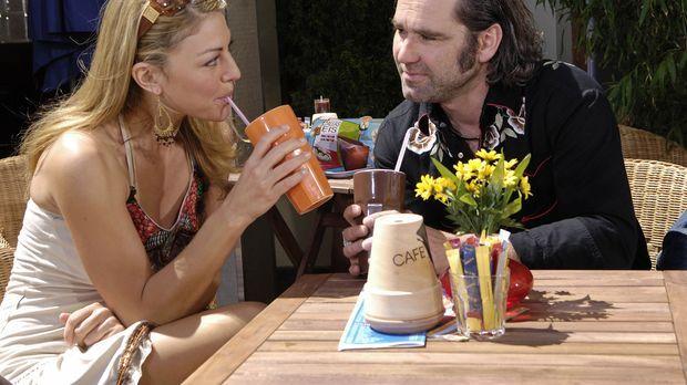 Jessie (Nadine Arents, l.) will sich Hendrik (Stefan Lehnen, r.) warm halten,...