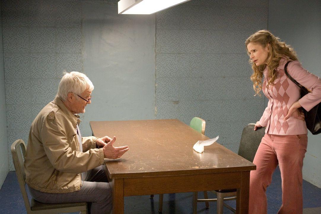 Ist Donald Baxter (Orson Bean, l.) wirklich der Mörder, der er vorgibt zu sein? Brenda (Kyra Sedgwick, r.) und ihre Kollegen beginnen zu ermitteln. - Bildquelle: Warner Brothers