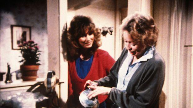 Helen (Eileen Heckart, r.) und Tochter Kate (Darsteller unbekannt) haben über...