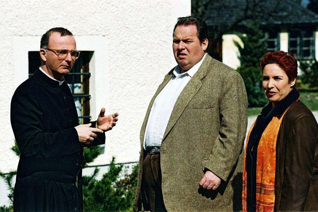 Benno (Ottfried Fischer, M.) und Sabrina (Katerina Jacob, r.) treffen Prälat Hinter (Michael Lerchenberg, l.) vor dem Pfarrhaus. - Bildquelle: Aki Pfeiffer Sat.1