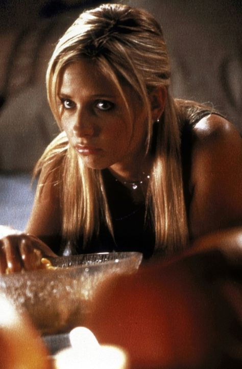 Buffy (Sarah Michelle Gellar) sieht der Halloween-Party mit gemischten Gefühlen entgegen. - Bildquelle: TM +   2000 Twentieth Century Fox Film Corporation. All Rights Reserved.