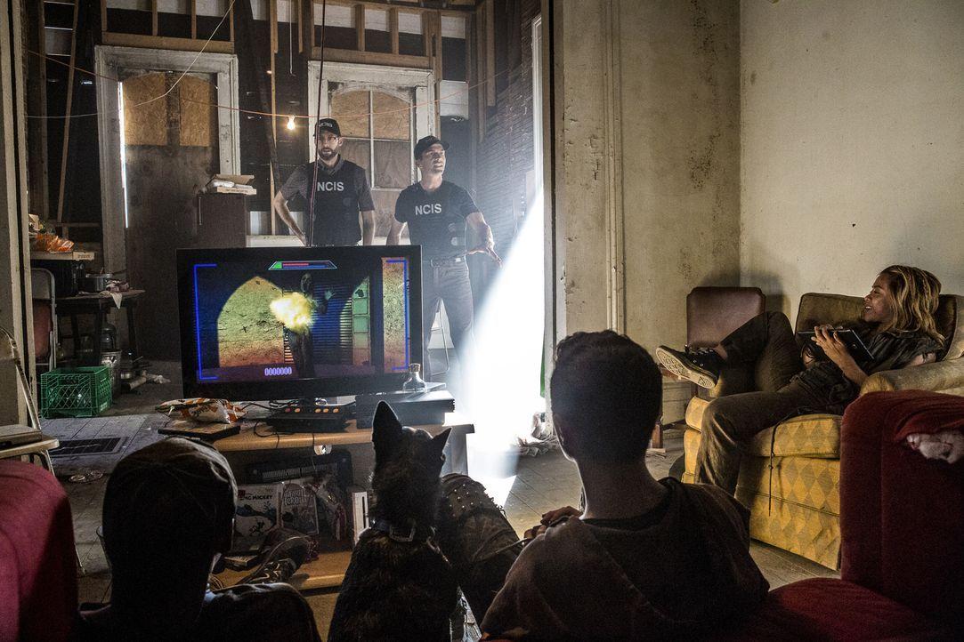 Im Versteck der Straßenkinder: Special Agent Christopher LaSalle (Lucas Black) und Sebastian Lund (Rob Kerkovic) haben die Kids aufgespürt, die womö... - Bildquelle: Skip Bolen 2017 CBS Broadcasting, Inc. All Rights Reserved