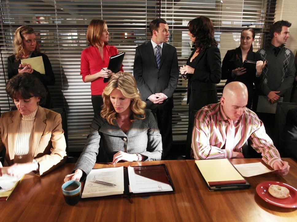 Krisenstimmung unter den Anwälten Eli (Jonny Lee Miller, hinten 3.v.l.), Taylor (Natasha Henstridge, vorne M.), Maggie (Julie Gonzalo, hinten 2.v.l.... - Bildquelle: Disney - ABC International Television