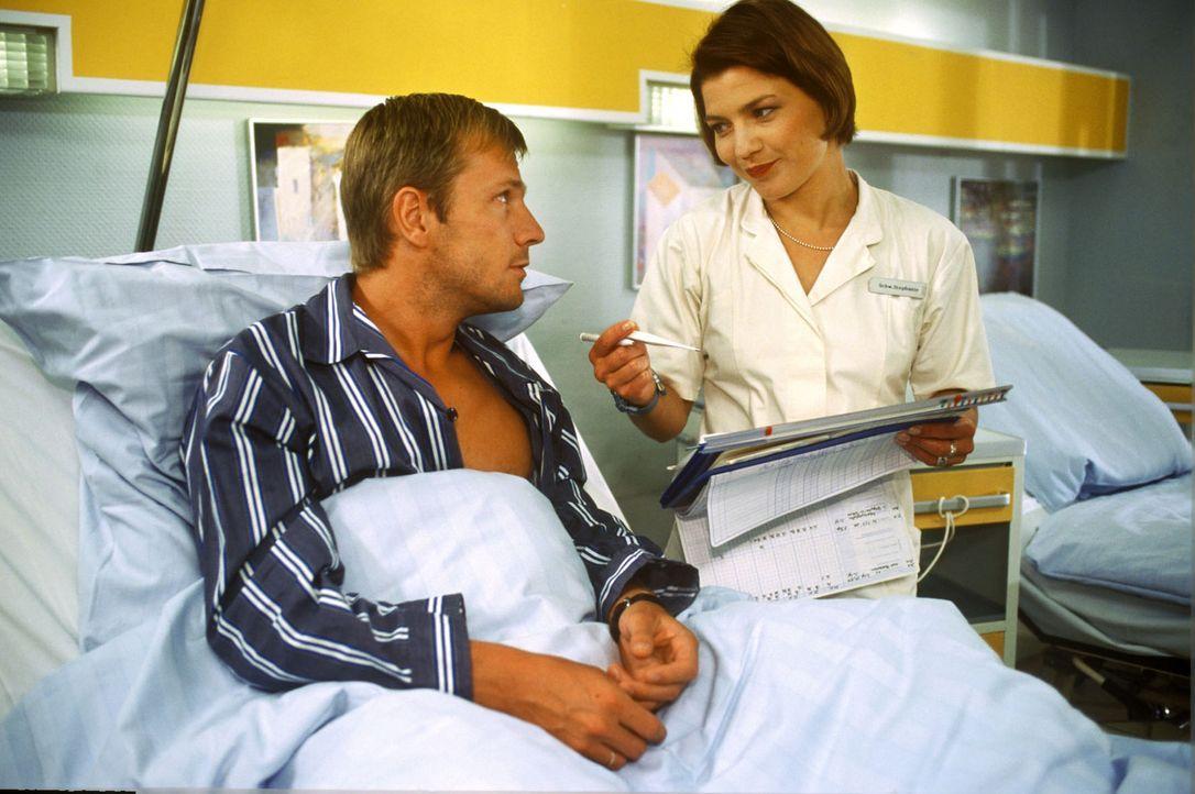 Achim Klenner (Dirk Mierau, l.) hat sich seine Leberflecke auf dem Rücken entfernen lassen. Bei der Operation stellt sich heraus, dass einer der Fl... - Bildquelle: Noreen Flynn Sat.1