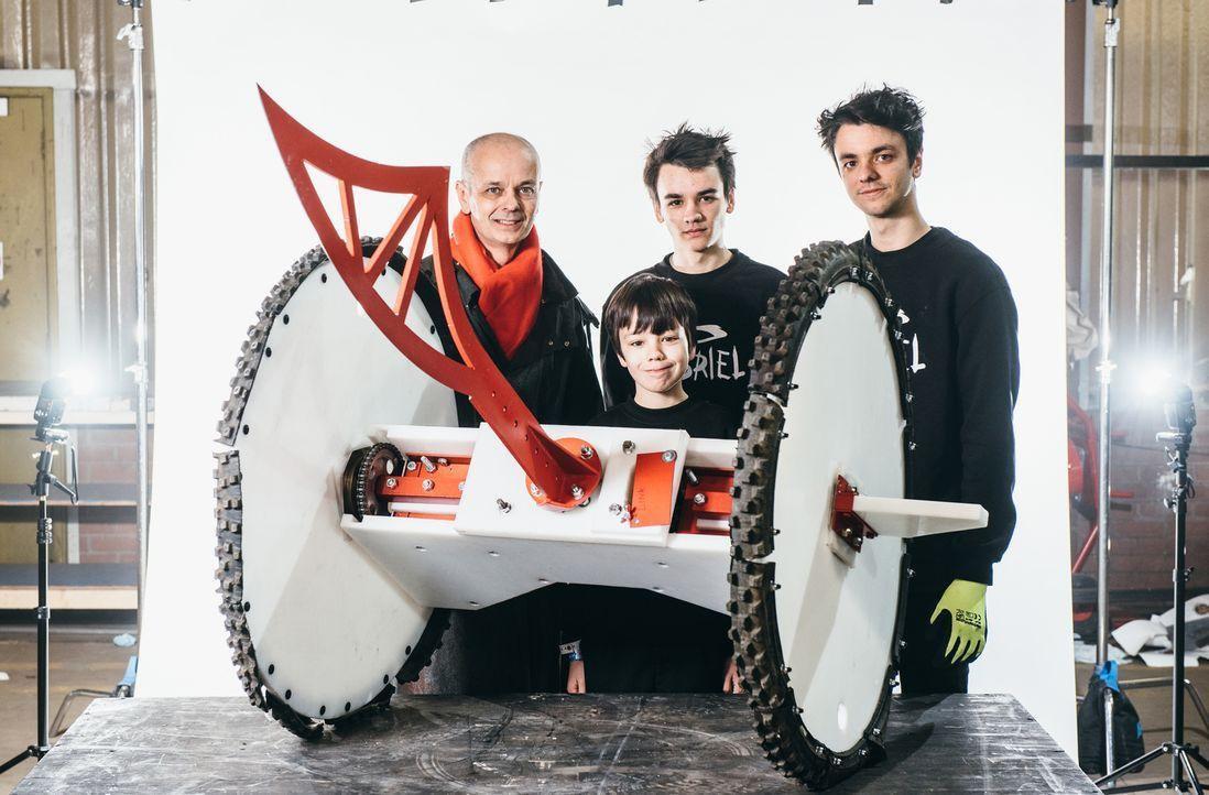 Das Team Gabriel hofft darauf, dass ihr selbst gebauter Roboter in der Kampfarena bestehen wird... - Bildquelle: Andrew Rae