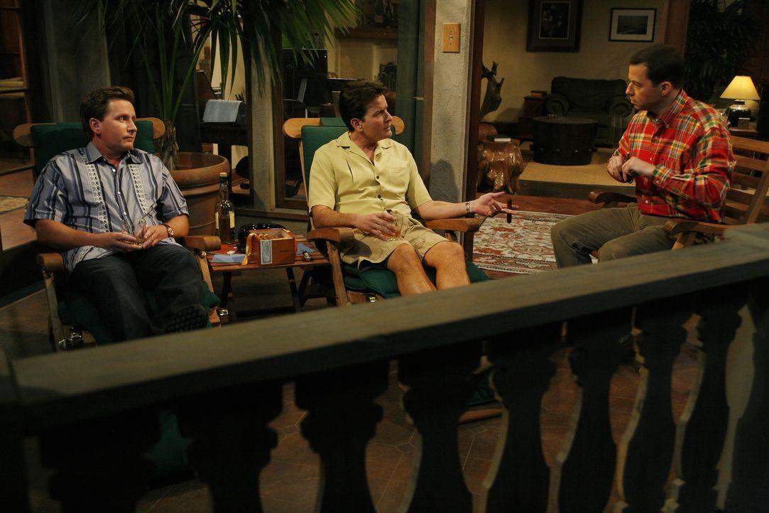 Ahnen nicht, dass es ihr letzter gemeinsamer Abend sein wird: Charlie (Charlie Sheen, M.), Alan (Jon Cryer, r.) und Andy (Emilio Estevez, l.) .... - Bildquelle: Warner Brothers Entertainment Inc.