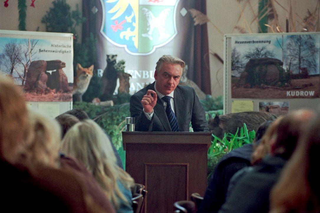 Johannes (Christoph M. Ohrt) sieht in der Ruine großes Potenzial für Kudrow und trommelt die Gemeinde zusammen ... - Bildquelle: Hardy Spitz Sat.1