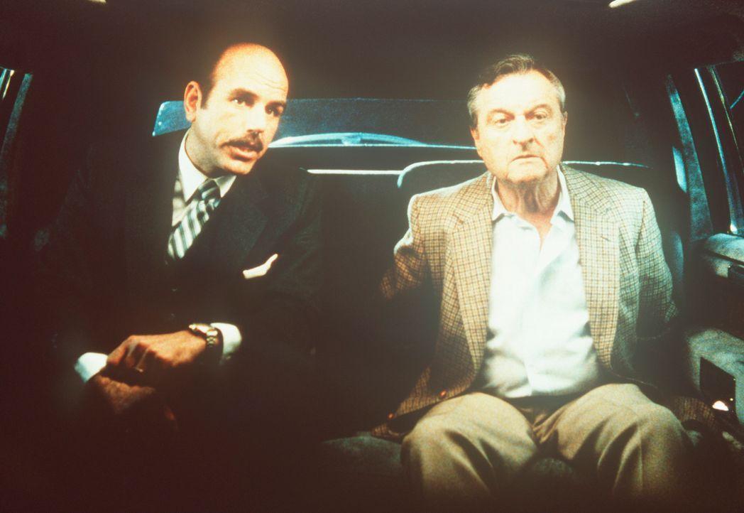 Dr. Tucker (Jason Wingreen, r.), der Direktor einer Denkfabrik, soll von seinem Entführer (l.) nach Moshan verschleppt werden. - Bildquelle: CBS Television