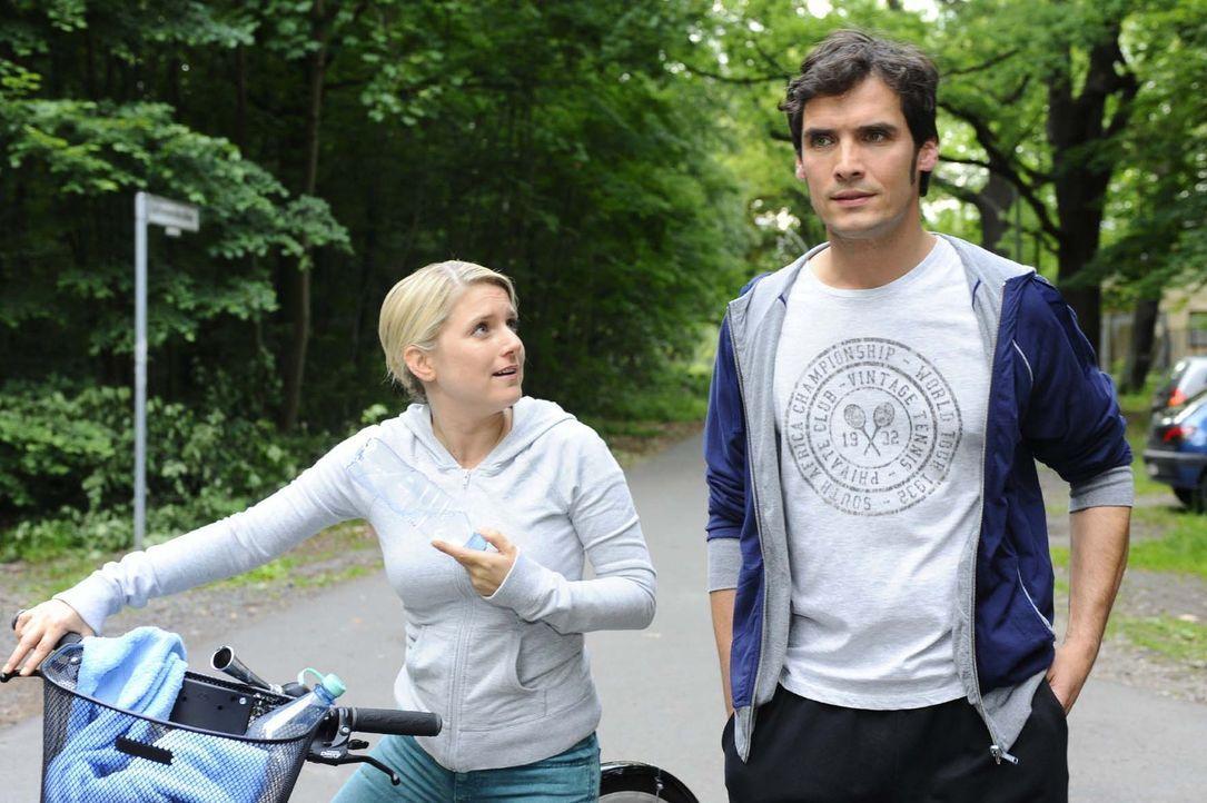 Nach und nach merkt  Anna (Jeanette Biedermann, l.), dass sie doch Gefühle für  Alexander Zeiss (Paul Grasshoff, r.) hat ... - Bildquelle: Sat.1