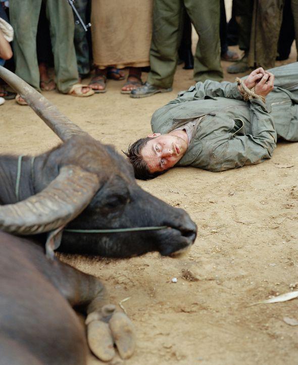 Mitten im Dschungel stößt Dieter Dengler (Christian Bale) auf ein Dorf, dessen Bewohner keine guten Absichten hegen ... - Bildquelle: Lena Herzog 2006 Top Gun Productions, LLC. All Rights Reserved.