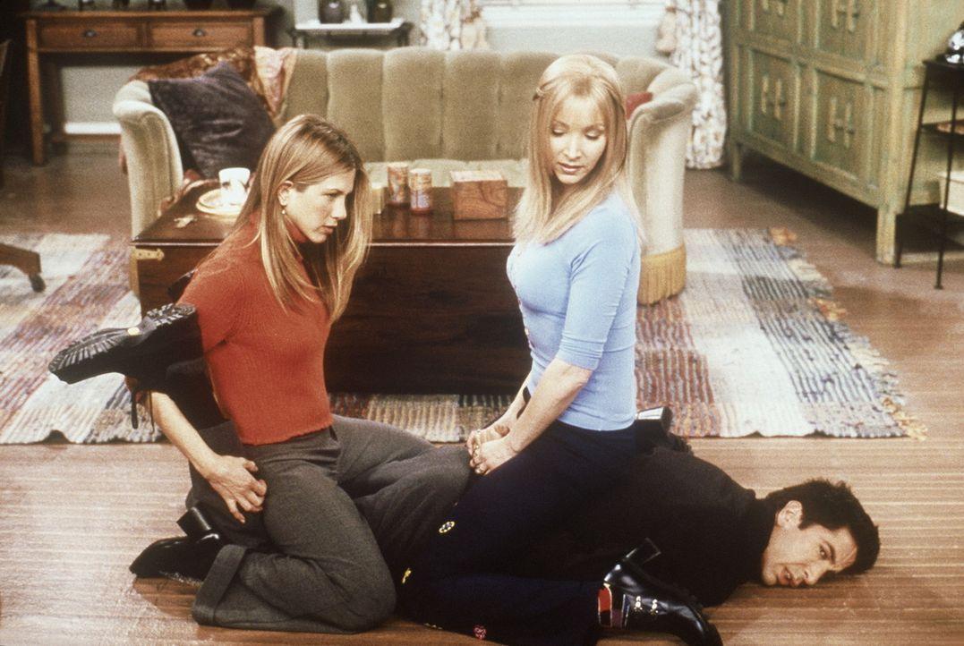 Der am Boden liegende Ross (David Schwimmer, unten) erklärt Phoebe (Lisa Kudrow, r.) und Rachel (Jennifer Aniston, l.), dass die Kunst der Selbstve... - Bildquelle: TM+  2000 WARNER BROS.