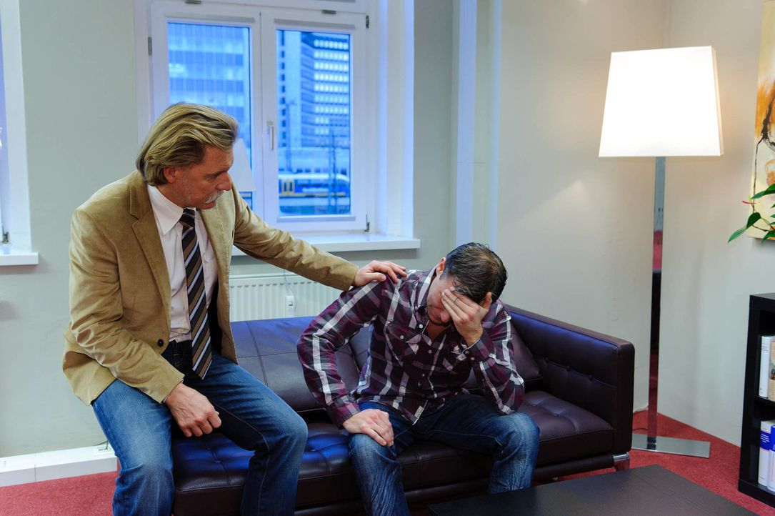 Mit Fachwissen und Herz nimmt sich Ingo Lenßen (l.) jedem Fall an ... - Bildquelle: SAT.1