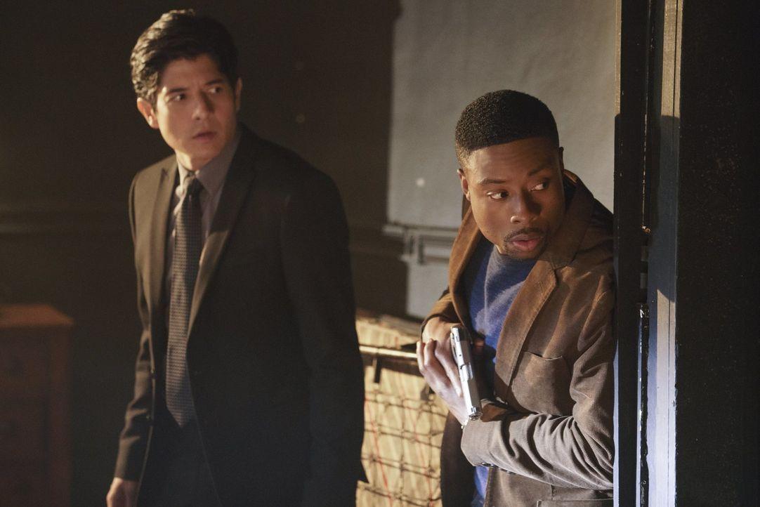 Als eine Undercover-Ermittlerin des Drogendezernats ermordet wird, müssen Carter (Justin Hires, r.) und Lee (Jon Foo, l.) ran. Gemeinsam ermitteln s... - Bildquelle: Warner Brothers