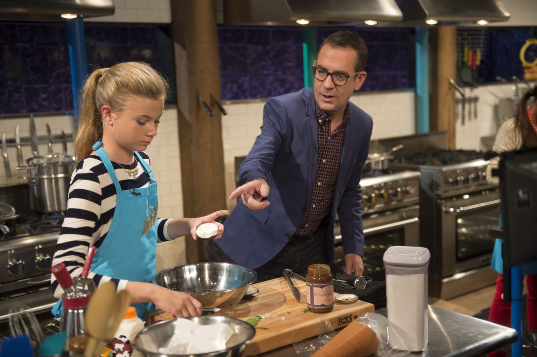 Die dreizehnjährige Sabrina (l.) lebt auf einer Farm und liebt das Kochen. Gelingt Ihr Versuch, die Bäuche der Jury mit Schwein, Maiskolben, süßen S... - Bildquelle: Scott Gries 2015, Television Food Network, G.P. All Rights Reserved