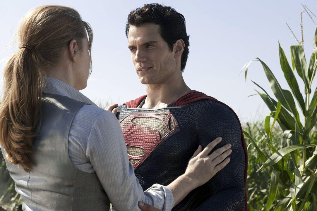 Die taffe Reporterin Lois Lane (Amy Adams, l.) bietet Superman Clark Kent (Henry Cavill, r.) Beistand, als dieser ins Wanken gerät ... - Bildquelle: 2013 Warner Brothers